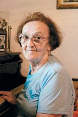 D-na Zoe, in fata pianului la care a cantat si parintele Arsenie